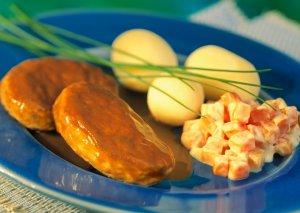 Prøv også Fjordland Fiskekaker av steinbit med gulrotstuing og poteter.