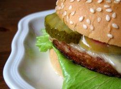 Bilde av Hamburger, ekstra kjøtt, med brød, dressing mv, kjøpt.