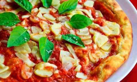 Bilde av Pizza, med tomatsaus og ost.