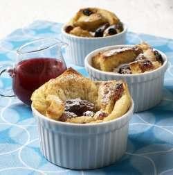 Gammeldags brødpudding med rom og rosiner oppskrift.
