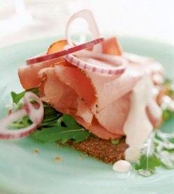 Prøv også Dansk rugbrød med pastrami, rød løk og pepperrotkr.