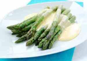 Frisk asparges med sitron-hollandaise oppskrift.