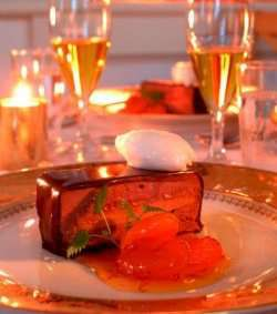 Sjokolademoussekake med safrankokte aprikoser og s oppskrift.