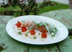 Spekeskinke med salat og bakt tomat oppskrift.