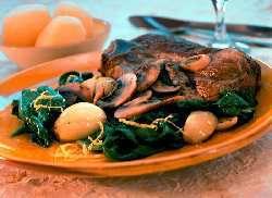 Stekt lammelår med spinat og hvitløk oppskrift.