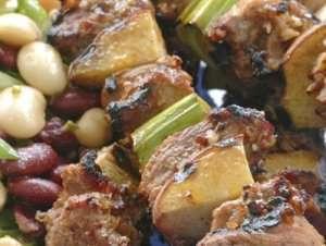 Grillspyd med svinefilet,  fersken og purre oppskrift.