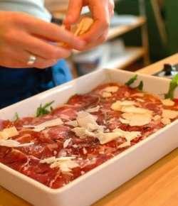 Carpaccio med fenalår, ruccola og parmesanost oppskrift.