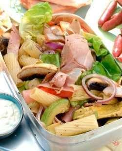 Prøv også Tursalat - skinke og pastasalat med hvitløksdressing.