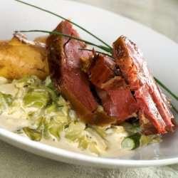 Kokt og ovnsbakt fenalår med nykålstuing og kokte poteter oppskrift.