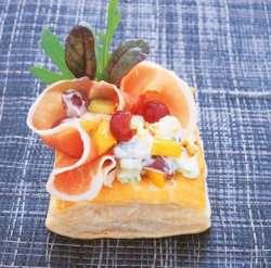Bilde av Butterdeigskurv fylt med fruktsalat.