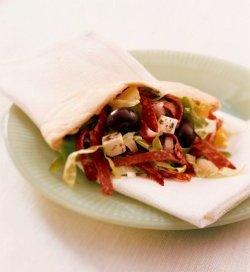 Prøv også Pitabrød med salami og marinert fetaost, løk, sala.