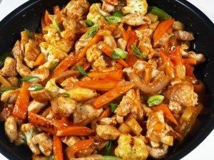 Prøv også Kyllingwok med purre og sur-søt saus.