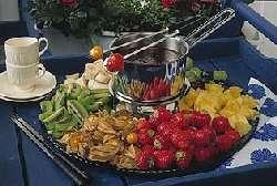 Sjokoladefondue med frukt og bær oppskrift.