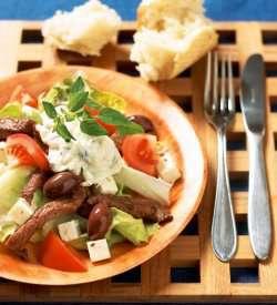 Gresk salat med biffstrimler oppskrift.