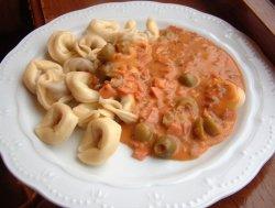 Tortellini med tomatsaus oppskrift.