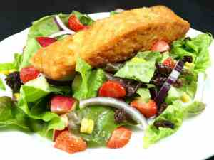 Bilde av Stekt/grillet laks med salat.