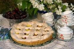 Prøv også Kirsebærpai med eggekrem og marengslokk.