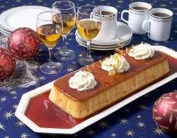 Prøv også Karamellpudding pyntet med krem og stilige karamellspiraler på festbordet.