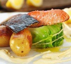 Prøv også Sprøstekt Norsk laks på skinn med nypotet, nykål og rømmesaus.