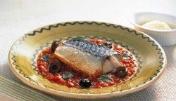 Makrell tomat- og og basilikumsaus oppskrift.