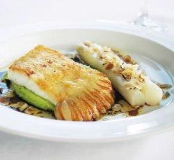 Prøv også Pannestekt piggvar med hvite asparges, soya- og hasselnøttsjy med krem av gressløk- og potet.