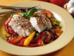 Ovnsbakt sei med tomat, paprika og rød løk oppskrift.