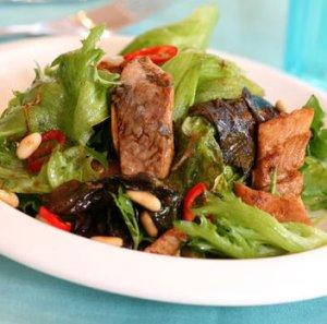 Prøv også Salat med krydret varm sild.