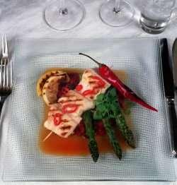 Prøv også Grillet chilimarinert steinbit med tomat-rosinkompott.
