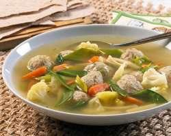 Grønnsaksuppe med kyllingboller oppskrift.