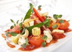 Wok med pølse og tomat oppskrift.