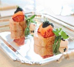 Bilde av Kyllingrulade med hummer, sort kaviar og asparges.