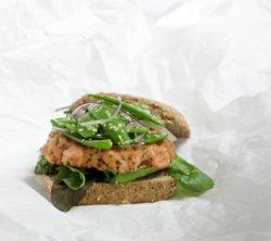 Lettstekt lakseburger med gressløk oppskrift.