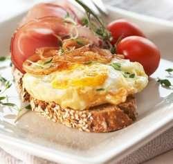 Prøv også Frityrstekte egg med spekeskinke og løkringer.