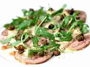 Prøv også Lammebog servert med tunfiskdressing og salat.