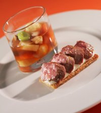 Pr�v ogs� Lettr�kt lammefilet p� sellerirotterte med steinsoppbuljong, komle og rotfrukter.
