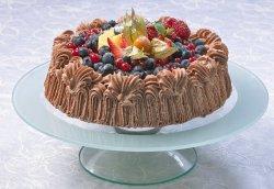 Sjokoladekremkake med frukt og bær oppskrift.