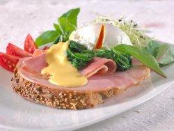Prøv også Posjerte egg med hollandaisesaus og røkt kalkunskinke.