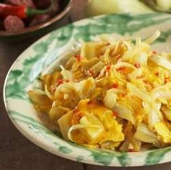 Prøv også Tojásos lecsó (eggerøre med paprika).