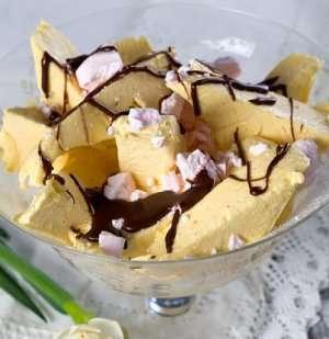 Prøv også Hjemmelaget is med sjokoladesaus.