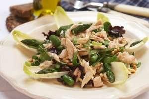 Prøv også Grønn salat med kylling, asparges og pinjekjerner.