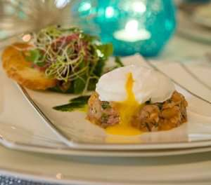 Prøv også Laksetartar med posjert egg, dillolje og melbatoast.