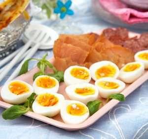Smilende egg med spekemat av kalkun oppskrift.
