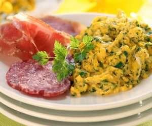 Prøv også Kremet eggerøre med urter og spekemat.
