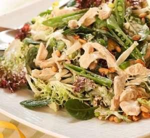 Grønn salat med kylling, sukkererter og pinjekjerner oppskrift.