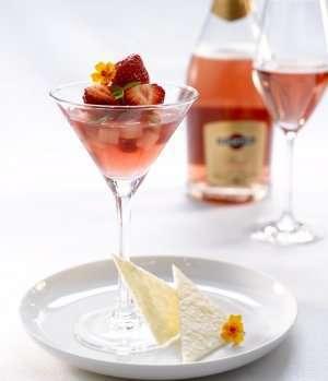 Bilde av Martini Ros�-gel� med jordb�r og rabarbra med f�lge av mandelkjeks.