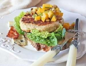 Bilde av Kalkunburger med bl�muggost og mangosalsa.