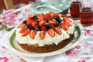 Sommerlig nøttekake med bær oppskrift.