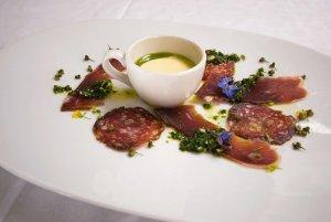 Spekemat med frisk grønn ugressaus og potet- og sellerirotsuppe med purreløkolje oppskrift.