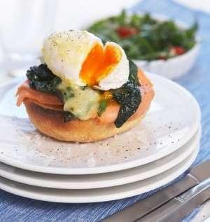 Prøv også Posjerte egg med hollandaise på røkelaks og spinat.