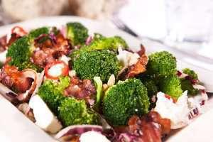 Prøv også Brokkolisalat med feta og bacon.